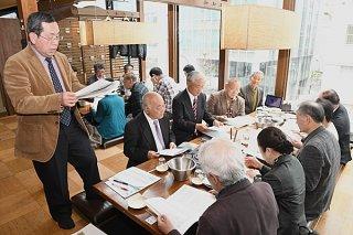 議事を進める各郷友会の代議員ら=18日午後、東京・神田