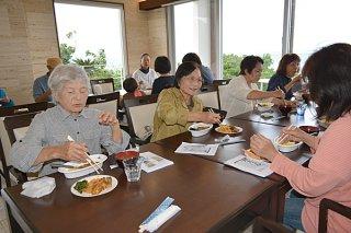畑おこし講座で収穫した野菜を使った料理を楽しむ参加者=21日午後、石垣市平久保の「セブンカラーズ石垣島」