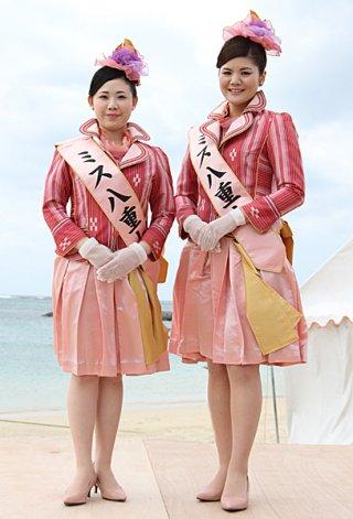 第39代ミス八重山のミス南十字星に選ばれた浦内栞さん(右)とミス星の砂に選ばれた仲道英理さん(左)=21日午前、マエサトビーチ