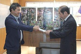 西大舛髙旬町長に津嘉山航会長(左)から計画が答申された=29日午前、町長室(町福祉支援課提供)