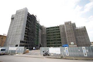 7月に入居開始が予定されている県営新川団地の新2号棟。現在は内装工事の仕上げに入っている=3月31日午前