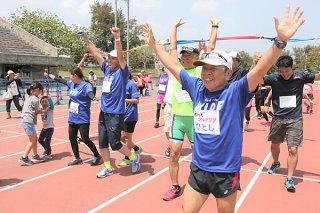 最後にチーム全員でゴールする「ゆいま~るリレーマラソン2018in石垣島」の参加者=1日午後、市中央運動公園陸上競技場