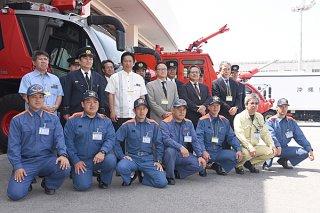 空港の消火救難と空港灯火業務を開始した下地島空港施設の職員と開始式に訪れた市関係者=1日午前、新空港
