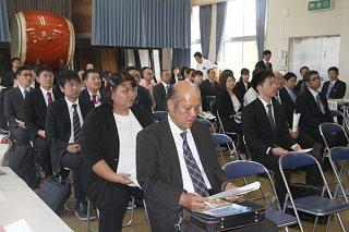 竹富町内への赴任を前に、町の学力向上施策などの説明を受ける教職員ら=2日午後、石垣市商工会館2階