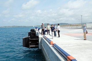 21日から暫定供用されるクルーズ船専用岸壁を視察する市議会観光振興対策特別委員会の委員ら=5日午前、南ぬ浜町
