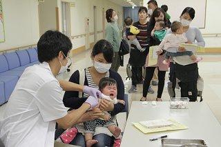市内の第0期を対象にMRワクチンの集団予防接種が実施された=7日午前、市健康福祉センター