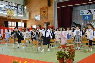 元気いっぱい「ドキドキドン!1年生」を踊り、期待に胸を膨らませる八島小学校の新1年生=10日午前、同校体育館