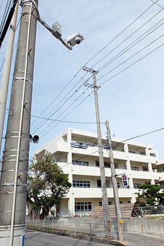 学校周辺に設置された防犯カメラ=11日午後、登野城小学校近く