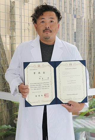 獣医学博士号を取得した船倉栄さん=11日午後、八重山毎日新聞社