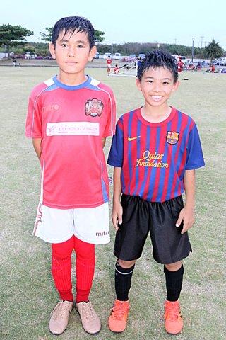 2018年沖縄県トレセン選手に選出されたIFTフットボールクラブの早野太陽(右)と、FC琉球石垣の伊良部綾大(左)=12日夕、真栄里公園