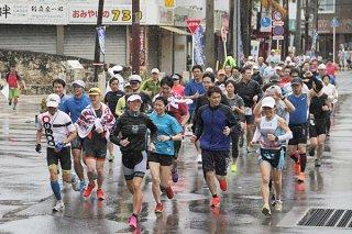 「ファンラン」で庭田清美さん(先頭)とともに楽しく走る参加者ら=15日午前、730交差点付近
