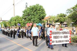 パレードを行う石垣第二中学校の吹奏楽・マーチングバンド部=19日夕、新栄公園西の通り