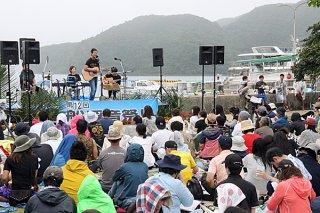 県内外から観光客ら約600人が来場した第12回船浮音祭り=21日午後、西表島船浮のかまどま広場