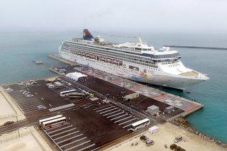 暫定供用が開始された石垣港新港地区旅客船ターミナル。将来的には20万㌧級クルーズ船の受け入れが可能となる=21日午前、南ぬ浜町(小型無人機で撮影)