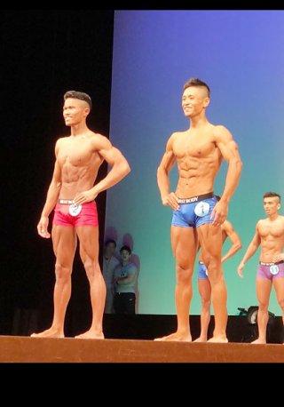 ベストボディ・ジャパン2018那覇大会で優勝した新里翼(右)。左は日本代表の戸沢ジェロームカール(ビルパニ提供)