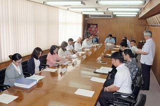 第54回石垣島まつりの開催日程などについて話し合う役員ら=25日午後、市役所庁議室