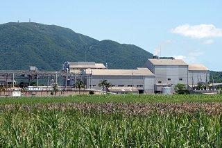 経年劣化による処理能力の低下が顕著となっている石垣島製糖=26日午前