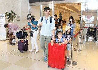 ゴールデンウイーク初日、南ぬ島石垣空港に到着した家族連れ=28日午後、同空港