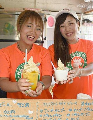 スイーツロード最終店となる相沢武さんのパーラーで、大人気の黒糖ソフトクリーム(右)と黒糖ソフトのマンゴーフロート=1日午後、ニシ浜入り口