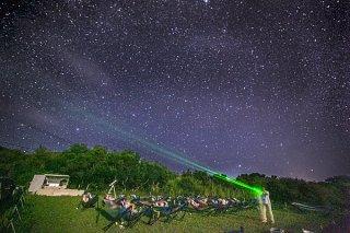 ヤギ用の牧草地で流れ星の丘実行委員会が実施している星空ツアー=2017年8月26日夜、久宇良地区(同実行委提供)