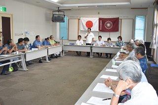 第1回県議補選候補者選考委員会に出席する委員ら=12日午前、大浜信泉記念館