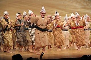 出演者がモーヤーで会場を盛り上げた=13日午後、石垣市民会館大ホール
