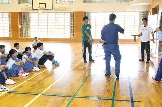 竹富小中学校の不審者対応訓練で正しい対応を学ぶ職員ら=14日午前、同校