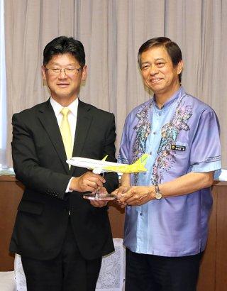 石垣路線新規就航の報告で謝花喜一郎副知事を訪ねたバニラ・エアの五島勝也社長=14日午後、県庁