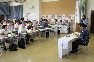 竹富町商工会の2018年度第32回通常総会で議案を審議する会員ら=15日、石垣市商工会館ホール