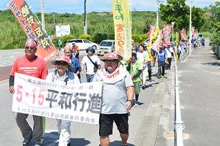 5・15平和行進で陸自配備反対などを訴える参加者たち=15日午後、石垣市宮良