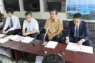 提訴後に記者会見する原告の高嶺善伸川平公民館長(中右)と弁護団=17日午前、県庁