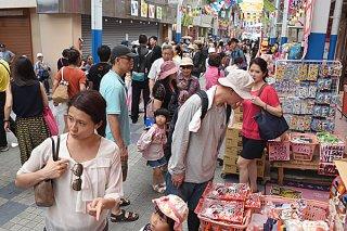 観光で3市町が抱える地域課題に共通しているのが訪島外国人客へのインバウンド対応。写真は石垣市内で買い物を楽しむ台湾人観光客=18日午後、ユーグレナモール