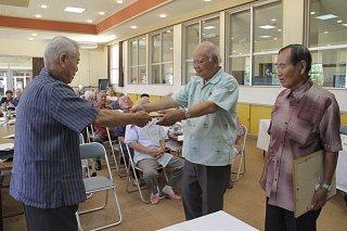 八老連の定期総会で功労者(右)に対し表彰状が贈られた=29日午後、石垣市老人福祉センター