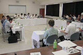 沖縄振興予算の確保について意見を交わす八重山3市町長と県の担当者ら=1日午後、八重山合同庁舎2階大会議室