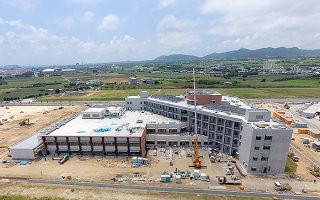 新しい高気圧酸素治療装置が導入される新県立八重山病院=5月25日、真栄里(沖縄県病院事業局県立病院課提供)