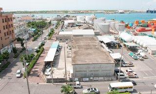 竹富町が石垣支所の候補地として提示している市有地の港湾関連施設用地。市は港湾計画での位置付けから売買を前提とした検討は困難と回答している=2016年9月1日