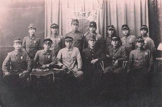 旧制沖縄県立第一中学校時代の宮城政三郎さん。当時2年生だった(後列右)