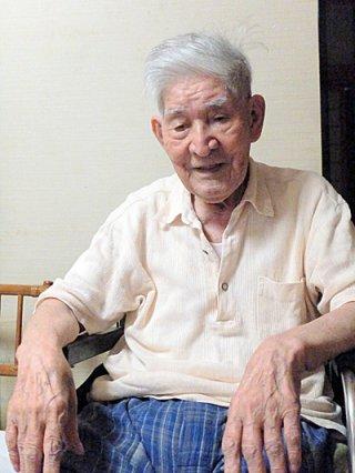 「いくさは絶対にあってはならない」と語る山田善照さん=13日、真栄里の自宅
