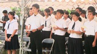 「平和の詩」、「月桃の花」を歌う児童生徒ら=23日、祖納の「平和の塔」前