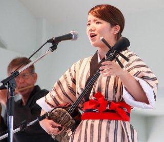 第17回竹富町デンサ節大会子一般の部で最優秀賞に輝いた西原佑香さん=24日午後、鳩間