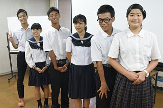 「Chura☆I」のプレゼンテーション大会最終審査で独自視点の観光プロモーションを展開した地元高校生ら=28日夕、市役所会議室