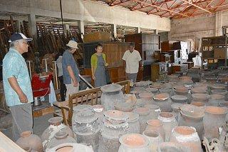倉庫に保管されている資料を視察する市立八重山博物館協議会の委員たち=29日午後、石垣市大川の民間倉庫