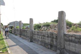 高層部分が撤去された大浜中学校の通学路にあるブロック塀=2日夕、同所