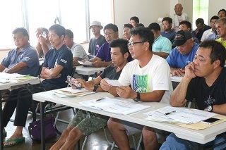 大型クロマグロの漁獲枠について、水産庁職員の説明を受ける漁業者ら。抗議、反発の声が噴出した=2日午後、八重山漁業協同組合