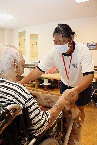 特別養護老人ホームまえさと茶寿苑で介護業務を体験する白保中学校3年の山川美優さん=3日午前、同施設
