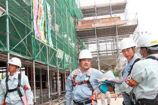 合同パトロールで労働災害防止策を点検する参加者ら=4日午前、沖縄銀行八重山支店新築工事現場