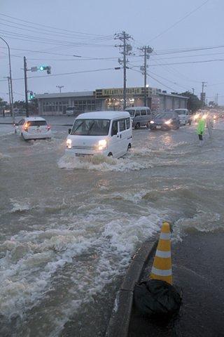 猛烈な雨で国道390号は深い所で水位が約80㌢まで達した=5日午後3時4分、真栄里北交差点