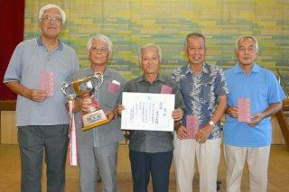 第2回八重山毎日新聞社杯字別囲碁大会で初優勝を飾った小浜のメンバー=8日午後、市老人福祉センター