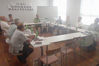 竹富島の保存物件に対し協議した2018年度第1回竹富町伝統的建造物群保存地区等保存審議会=12日午後、竹富町教育委員会