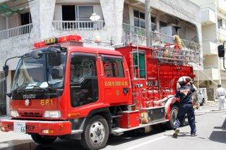 救急出動する車両や隊員。2018年上半期は火入れなどによる火災出動が多かった=5月6日、石垣市内